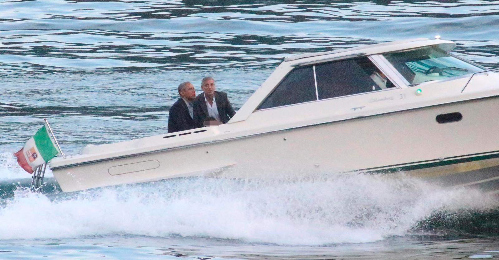 Barack Obama en George Clooney genieten van een boottochtje.