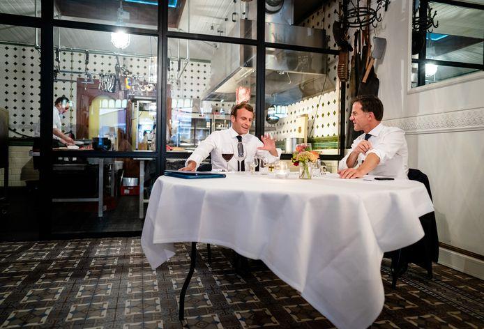 President Emmanuel Macron en premier Mark Rutte voorafgaand aan een diner in restaurant Cru in Scheveningen.
