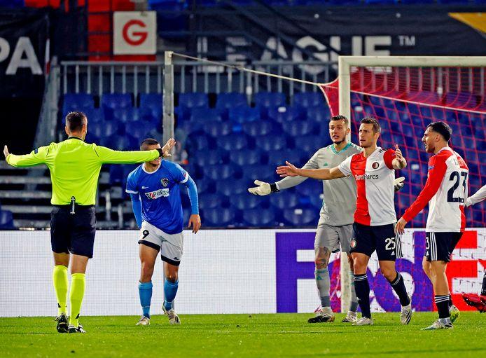 Feyenoord beklaagt zich bij de Servische arbiter.