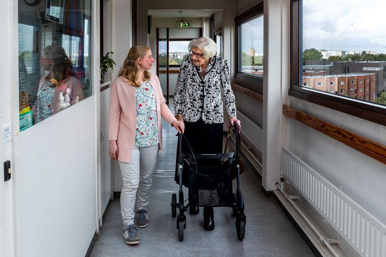 Maria Piël (100) en Marit de Jong (27), voormalig buren in Zorgcentrum Tuindorp-Oost (Careyn). Beeld Angeliek de Jonge