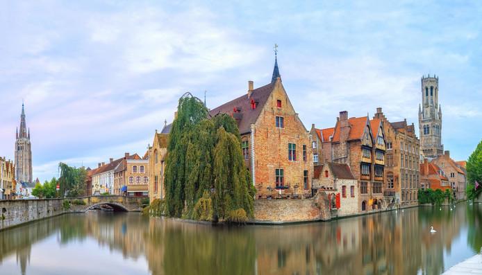 Het Belfort (rechts) is niet het hoogste monument van de stad. Dat is de Onze-Lieve-Vrouwekerk (links).