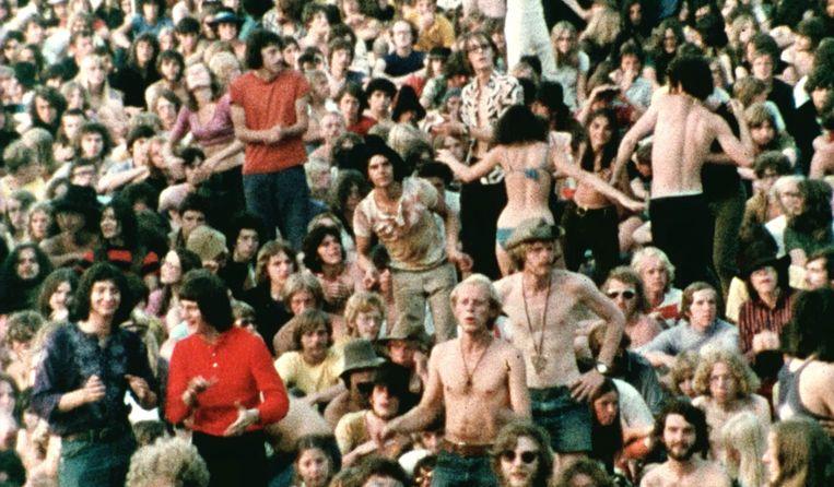 Dansende menigte in de film Stamping Ground. Beeld Eye Filmmuseum