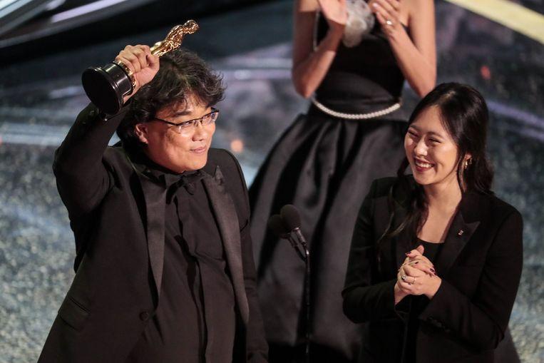 Bong Joon Ho met zijn Oscar voor 'Beste Film'.