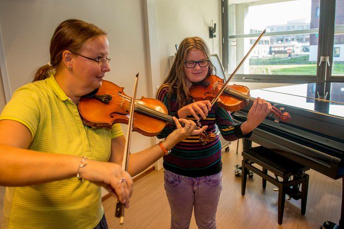 Vioollerares Annemie Swinnen van de Zeeuwse Muziekschool in de ruimte in scholengemeenschap Pieter Zeeman aan het werk met de 10-jarige Jillian Hart uit Renesse.
