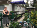 Rita (81) werkt dagelijks in haar tuintje.
