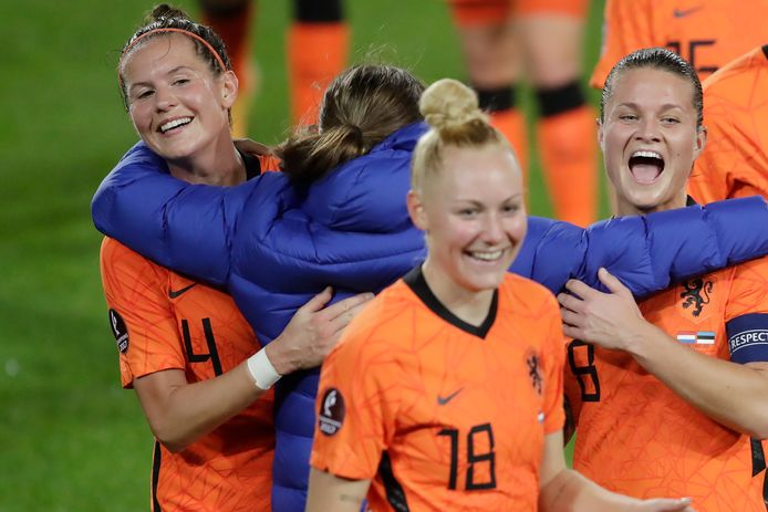 Sherida Spitse (rechts) viert met Merel van Dongen dat Oranje zich heeft gekwalificeerd voor het EK in Engeland.