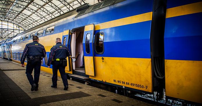 Archiefbeeld: Service- en veiligheidsmedewerkers van de Nederlandse Spoorwegen op het station