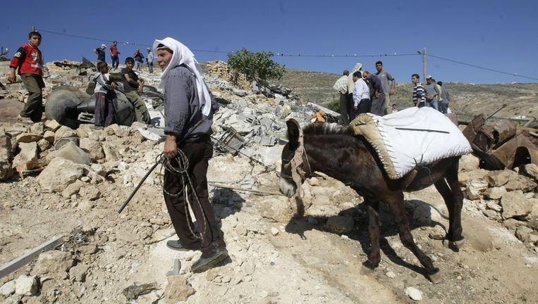 Een Palestijnse man op de Westoever loopt over het puin van een huis dat door het Israëlische leger is gesloopt. Beeld ap