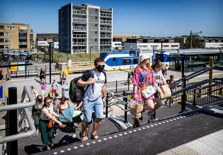 De NS wil reizigers meer spreiden om drukte te voorkomen, zoals hier op station Zandvoort.  Beeld ANP