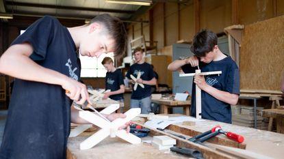 Leerlingen Sint-Lambertus bouwen krantenhouder voor Houtproef