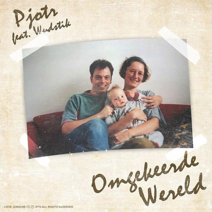 In zijn nieuwe single 'Omgekeerde Wereld' rapt Pjotr uit Zutphen over zijn chronisch zieke moeder. Op de hoes van de single zette Pjotr een jeugdfoto, van hem en zijn ouders.