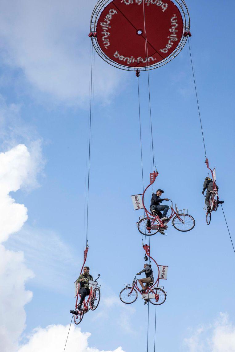 Niels Albert en racepiloot Bert Longin mochten op vijftig meter hoogte de 'Sky-Bikes' uittesten.