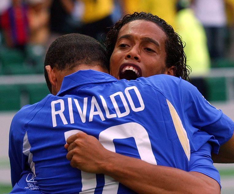 Ronaldinho omhelst Rivaldo.
