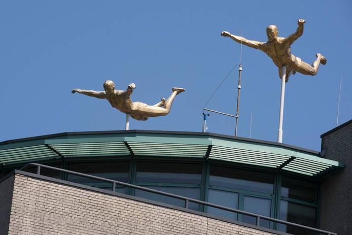 De beelden staan nu nog op het dak. Foto: Gerard Burgers.