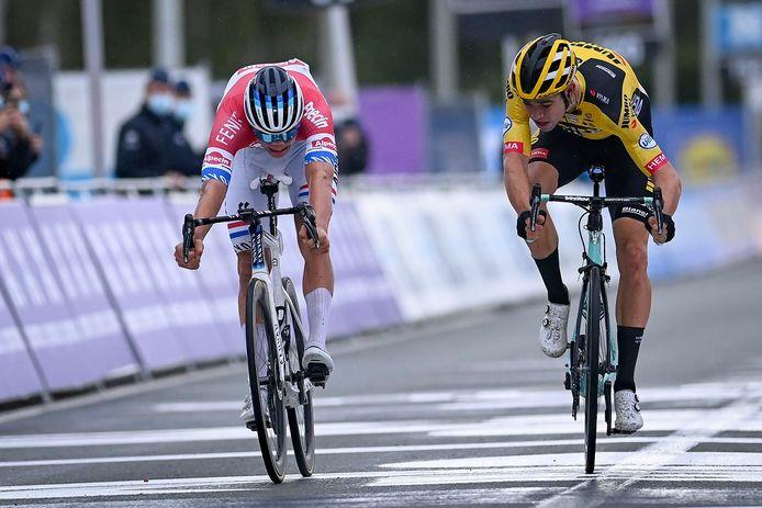 De millimeterspurt waar Mathieu van der Poel (links) Wout van Aert verslaat in de Ronde van Vlaanderen. Zondag staan de twee tegenover elkaar in de Citadelcross in Namen.