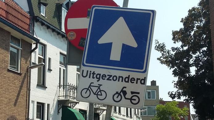 Een tijdelijk opgesteld verkeersbord maakt duidelijk dat de Eerste Walstraat nu vanaf de Regulierstraat is in te rijden.