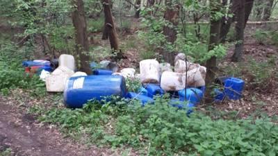 Bestelbus verliest chemische vloeistof tijdens rijden, vaten drugsafval gedumpt in Ulvenhout en Galder