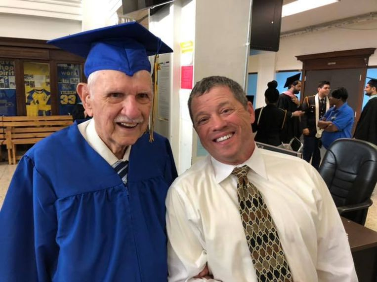 Veteraan William Wagner (94) tijdens de diploma-uitreiking aan Tilden High School in Chicago.