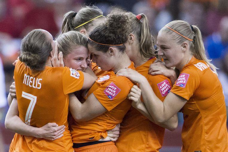 Speelsters van Nederland vieren de 1-1 van Kirsten van de Ven. Beeld anp