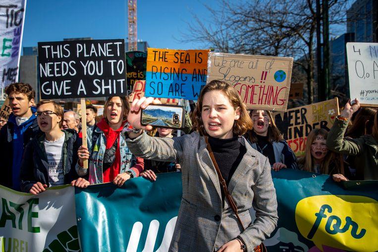 Anuna De Wever tijdens een van de spijbelmarsen van 'Youth For Climate'