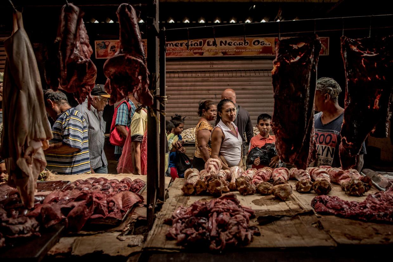 Op de markt ligt alleen nog van vlees de goedkoopste soort: varkensoren, kippenvleugels, ingewanden, goed om soep van te trekken.