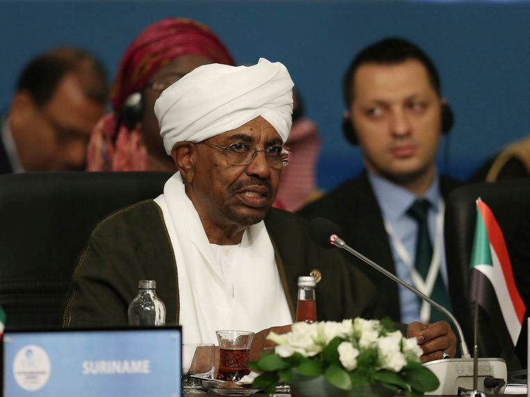 De val van de dictatoriaal regerende al-Bashir komt na massale protesten Beeld AP