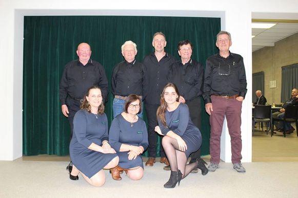 Foto 1: Dagelijks bestuur. Eerste rij (vlnr: Liesbet Tuyls, Anne Vanparijs, Tinne Tuyls) 2de rij (vlnr: André Vandevelde, Willy Vandervelpen, Eddy Claeskens, Jozef Nagels en Albert Van Esch (voorzitter).