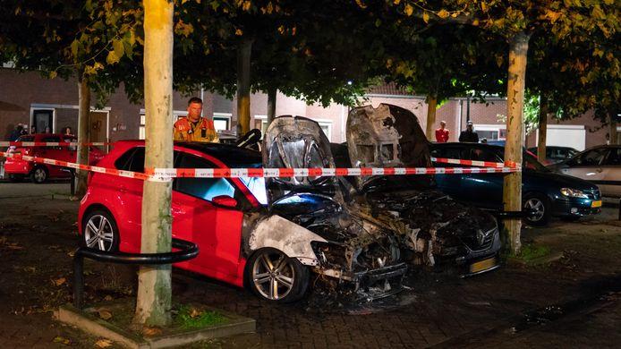 Een dubbele autobrand in Deventer verwoestte een Volkswagen en een Renault