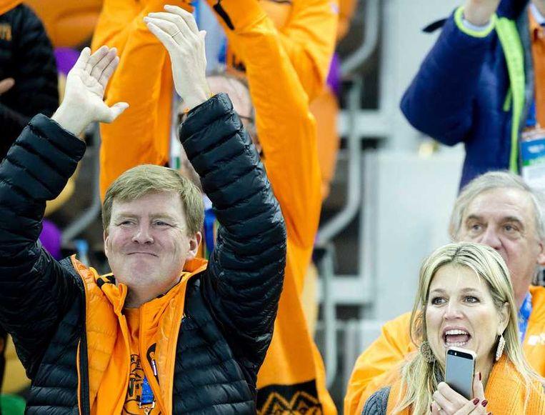 Koning Willem-Alexander en koningin Maxima juichen voor Michel Mulder die de gouden medaille wint op de 500 meter tijdens de Olympische Winterspelen. Beeld anp