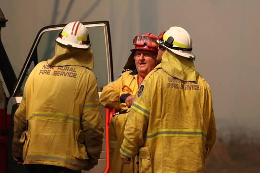 Brandweerlieden bestrijden de branden in het noorden van de staat New South Wales.