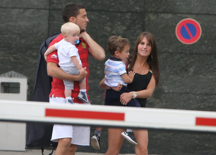 Eden Hazard et sa femme Natascha avec deux de leurs enfants.