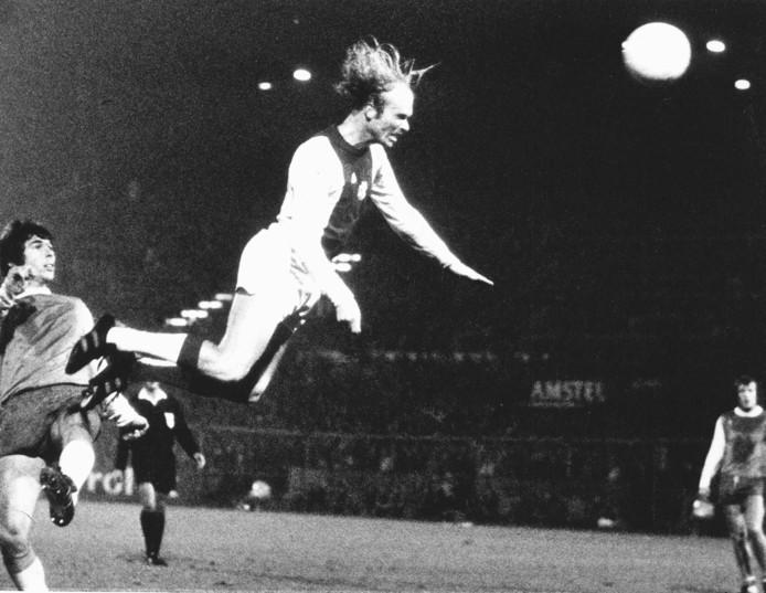 Ruud Geels kopt op fraaie wijze raak tegen Feyenoord. De spits scoorde liefst vijf keer in de met 6-0 gewonnen topper in 1975.