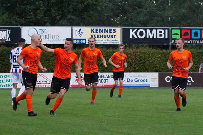 Jesse Mouws feliciteert Daan van den Broek (uiterst links) met zijn treffer voor Moerse Boys. Later zou Mouws zelf scoren.