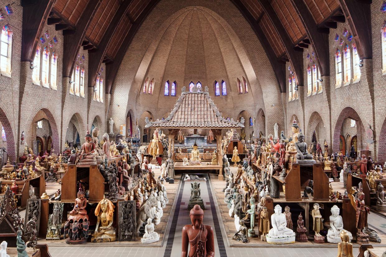 In de Johannes Vianneykerk in Deventer staan nu duizenden Boeddhabeelden.