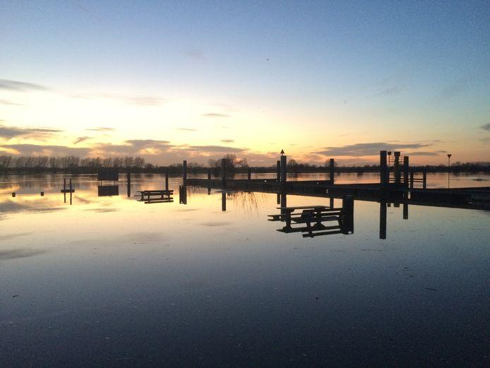 De picknickbanken bij de IJssel bij Wijhe staan onder water. Het peil daalde de afgelopen periode, maar gaat weer stijgen. Het is bijzonder dat het hoogwater zo lang aanhoudt, zegt deskundige Alphons van Winden van bureau Stroming.
