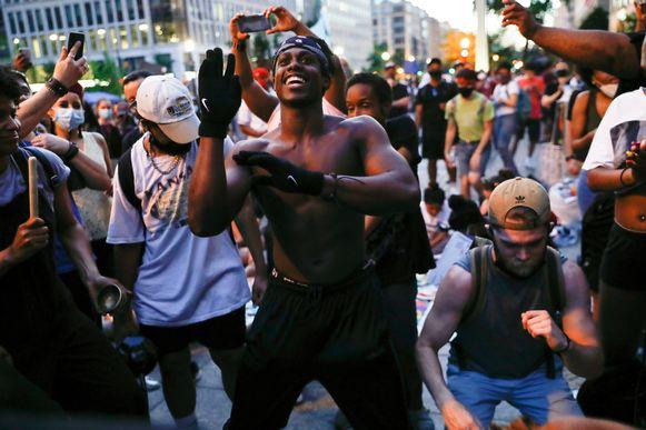 Demonstranten dansen op straat terwijl ze protesteren in de buurt van het Witte Huis in Washington. (06/06/2020)