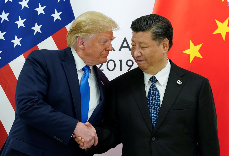 Donald Trump schudt de hand van Xi Jinping in Osaka. Beeld REUTERS