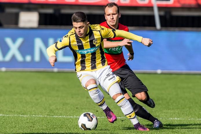 Milot Rashica van Vitesse in duel met NEC'er André Fomitschow.