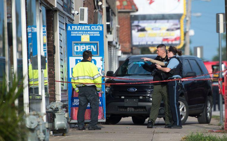 Politie buiten bij de bar waar de schietpartij plaatsvond.