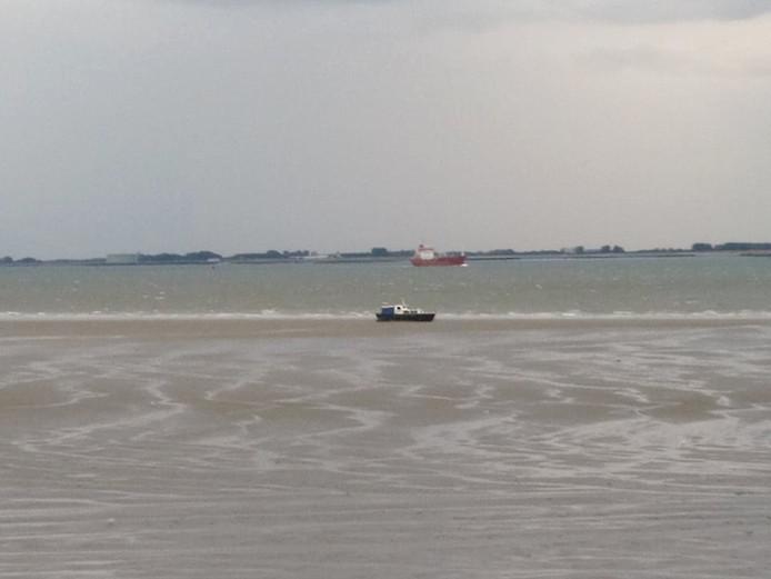 Het motorjacht lag een paar uur lang gestrand voordat de KNRM de boot op sleeptouw kon nemen.