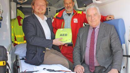 Gemeente schenkt AED-toestel aan Rode Kruis (en alle verenigingen kunnen dat gebruiken)