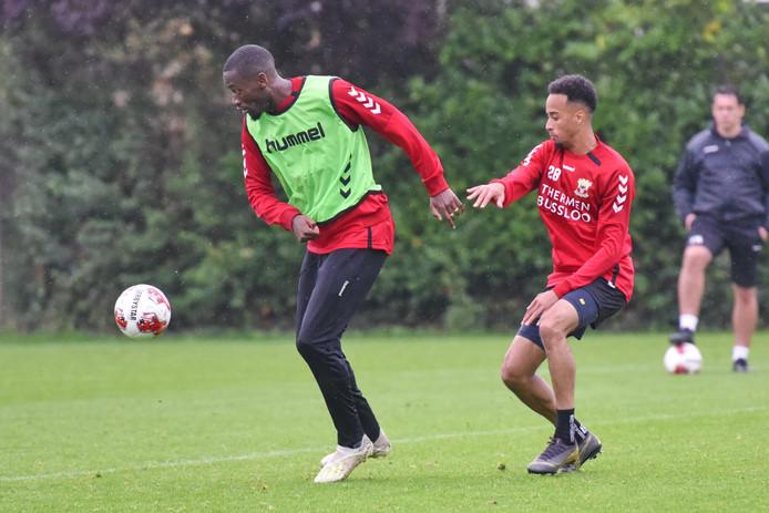 Maecky Ngombo schermt op de training de bal af voor Elso Brito, die terugkeert in de basisploeg van GA Eagles.