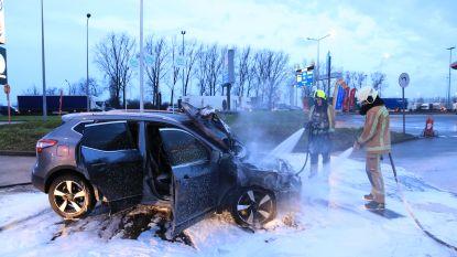 Auto in lichterlaaie op steenworp van benzinestation