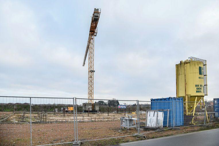 Het terrein waar de nieuwe brandweerkazerne moet komen, wordt weer bouwklaar gemaakt.