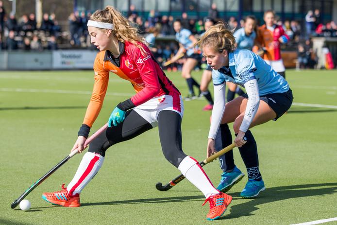 Kirsten Klop van NMHC (rechts) in actie, onlangs in de thuiswedstrijd tegen Oranje-Rood.