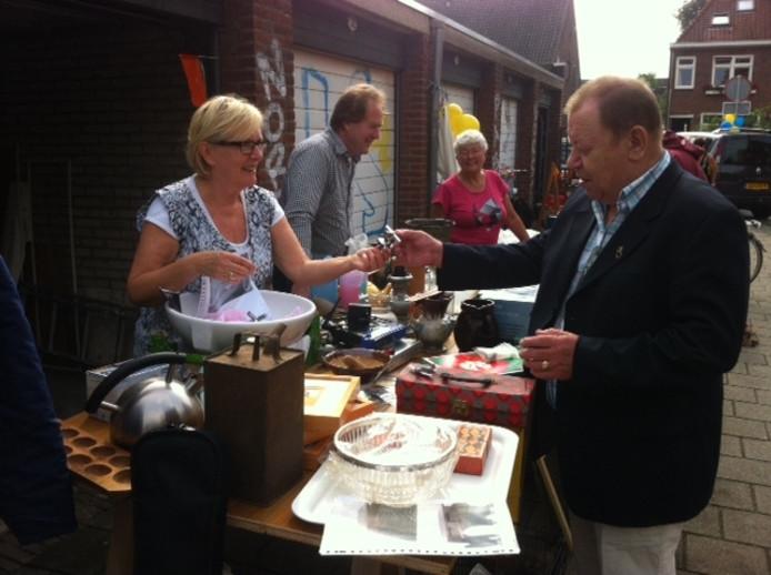 Beppie Radt en Miel Rietmeijer brengen hun spullen aan de man.