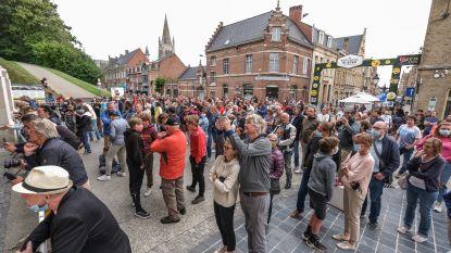 Last Postceremonie krijgt al meteen veel aandacht: Tientallen toeschouwers volgen de plechtigheid buiten de Menenpoort