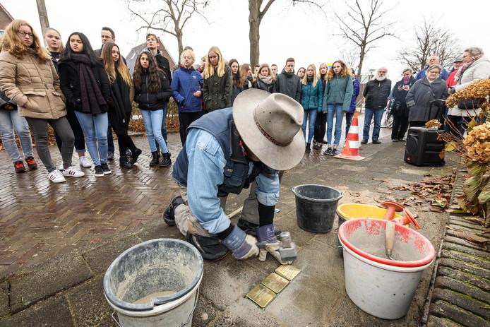 De stilte op straat is hoorbaar wanneer Günter Demnig 'stolpersteine' plaatst. Steenwijk gedenkt er de Joodse inwoners mee die in de Tweede Wereldoorlog slachtoffer werden van de vervolging door de Duitse bezetter.