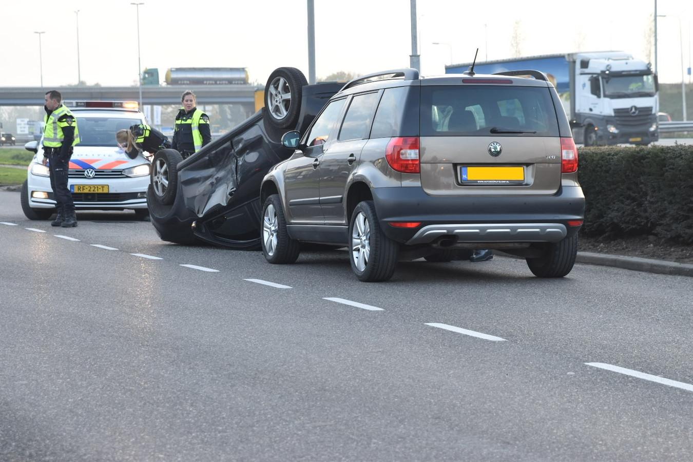 Op het Van Voordenpark in Zaltbommel was donderdag een auto over de kop geslagen.