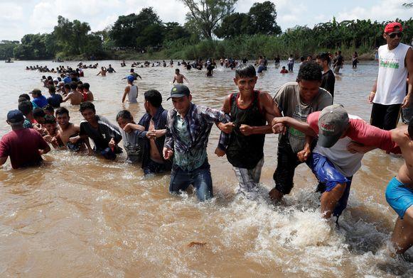 Migranten steken de Suchiate over, de rivier die de natuurlijke grens vormt tussen Guatemala en Mexico.